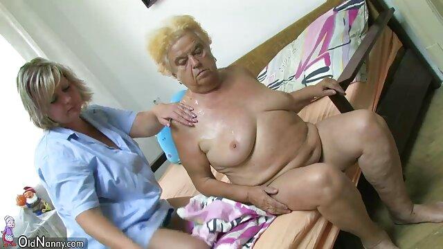 الإباحية بدون تسجيل  امرأة شقراء في الملابس الداخلية المثيرة و جوارب افلام سكسيه اجنبيه يغوي الرجل