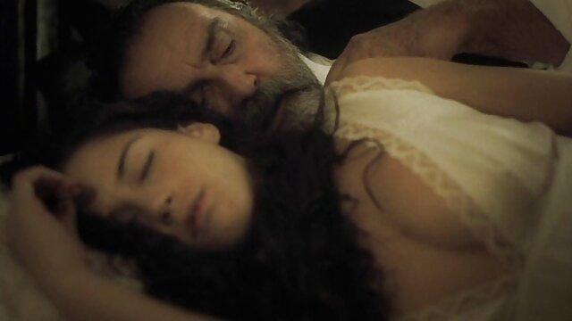 الإباحية لا تسجيل  زوجين سكس افلام اجنبية الداعر على أريكة مريحة