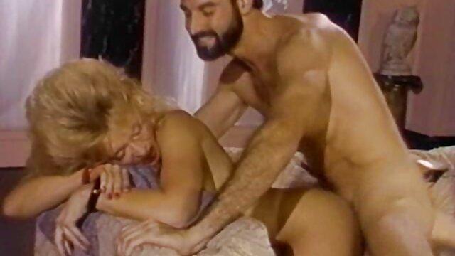 الإباحية بدون تسجيل  مرنة شقراء احلى سكسي اجنبي الأخت على الأريكة الزرقاء